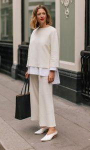 άσπρη ριχτή μπλούζα άσπρο παντελόνι στιλιστικά tips κρύψεις κοιλίτσα