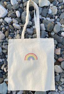 άσπρη τσάντα ώμου με ουράνιο τόξο