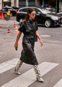 δερμάτινο μαύρο φόρεμα animal print μπότα
