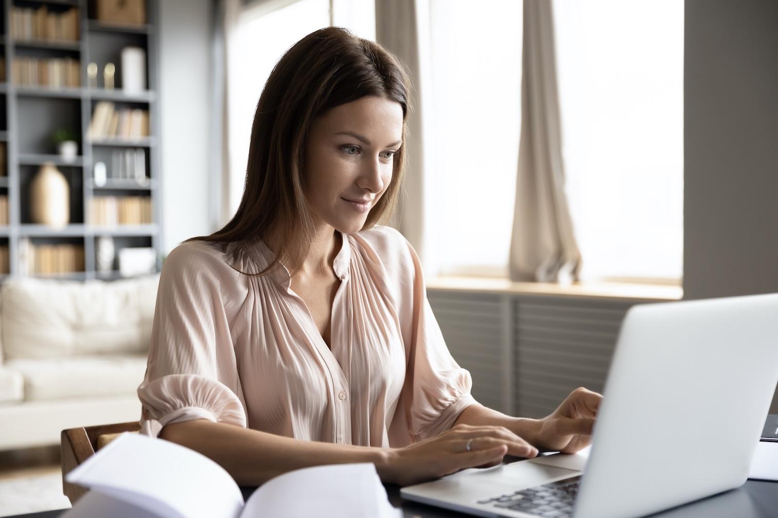 freelancer γυναικα δουλευει απο το σπιτ