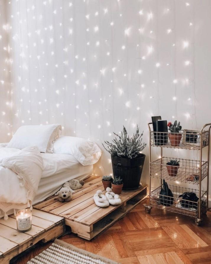 φωτάκια βροχή στον τοίχο κρεβάτι παλέτες