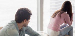 γυναίκα γυρίζει την πλάτη της στον άντρα
