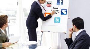 γυναίκα γράφει social media