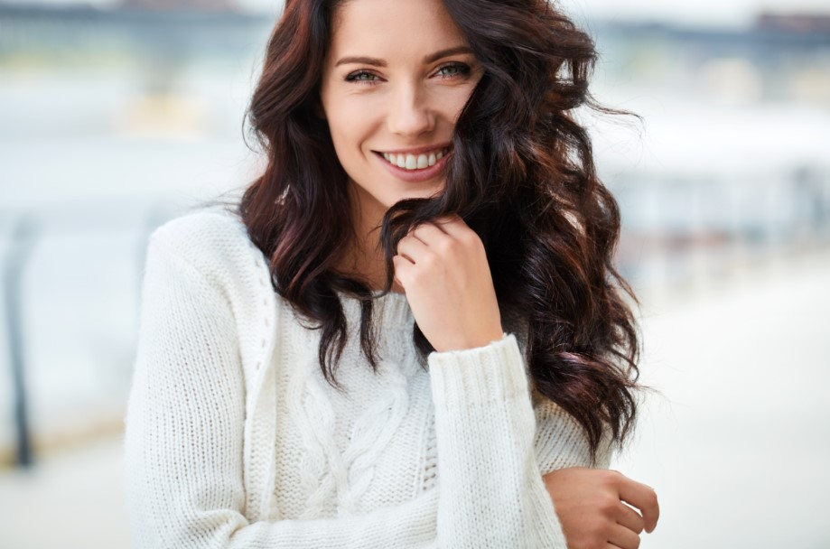 γυναίκα με όμορφες μπούκλες στα μαλλιά