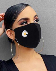 γυναίκα με ωραίο μακιγιάζ και μάσκα