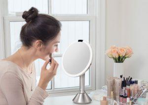 γυναίκα βάφεται καθρέπτη