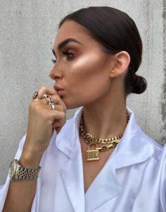 γυναίκα με χρυσά κοσμήματα