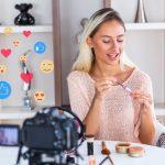 influencer κάνει το μακιγιάζ της