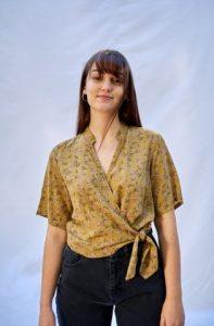 κίτρινη κοντομάνικη μπλούζα