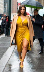 κίτρινο φόρεμα plus size στιλιστικά tips κρύψεις κοιλίτσα