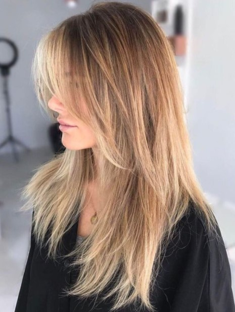 blondes Haar mit unschuldigen Haarschnitten runde Gesichter