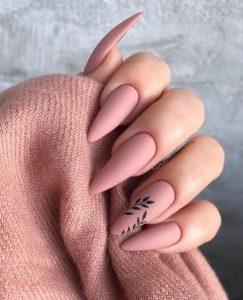 μανικιούρ σε ροζ χρώμα με μαύρο σχέδιο