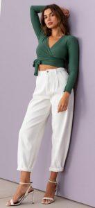 ντύσιμο με άσπρο παντελόνι και πράσινη μπλούζα