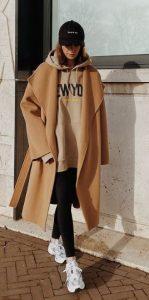 ντύσιμο με μπεζ παλτό