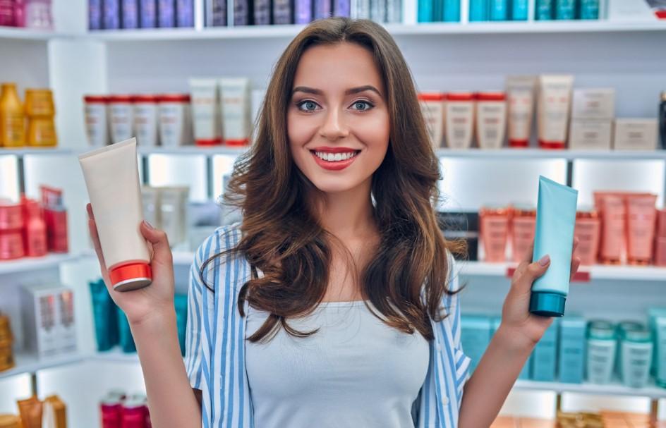 όμορφη γυναίκα κρατάει προϊόντα για τα μαλλιά