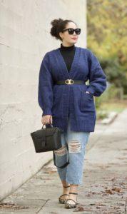 πλεκτή μπλε ζακέτα ζώνη τζιν παντελόνι