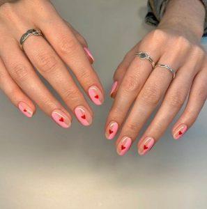 ροζ νύχια με κόκκινη καρδούλα