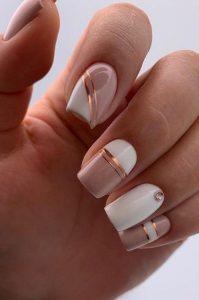 ροζ νύχια με χρυσά σχέδια