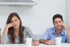 ζευγάρι πίνει καφέ χώρια