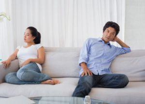 ζευγάρι στον καναπέ κάθονται θυμωμένοι
