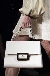 άσπρη τσάντα με αλυσίδα