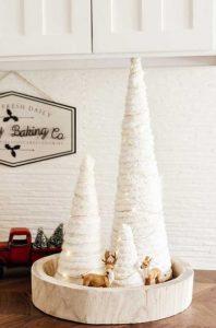 decor με χριστουγεννιάτικα δεντράκια στο τραπεζάκι του σαλονιού