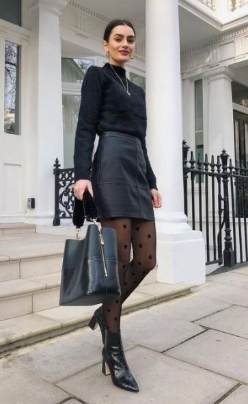 δερμάτινη μαύρη φούστα μαύρο πουλόβερ κρύψεις πλαϊνά παχάκια