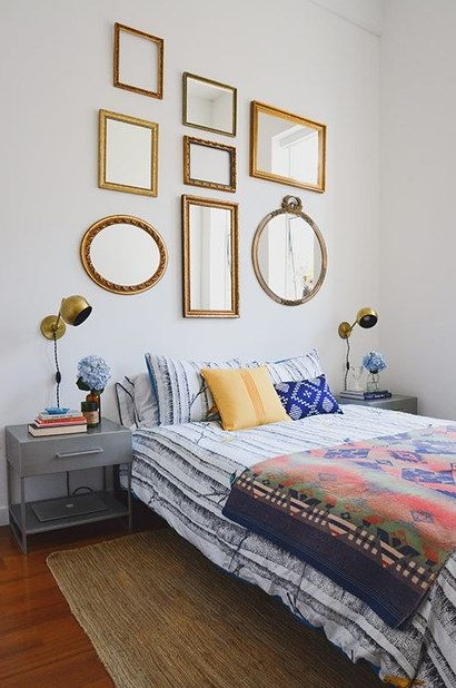 διάφοροι καθρέπτες Η διακόσμηση των τοίχων είναι πολύ σημαντική για το τελικό αποτέλεσμα σε έναν χώρο. Εξάλλου, αφήνοντας κενούς τους τοίχους ο χώρος μοιάζει απρόσωπος. Το ίδιο ισχύει φυσικά και για το υπνοδωμάτιο και συγκεκριμένα για τον τοίχο πίσω από το κρεβάτι που συνήθως είναι το πρώτο πράγμα που αντικρίζεις μπαίνοντας στο χώρο. Μπορείς με απλές προσθήκες να ομορφύνεις ολόκληρη την κρεβατοκάμαρα εμπλουτίζοντας σωστά τον τοίχο του κρεβατιού. Δες 6 τρόπους να διακοσμήσεις τον τοίχο πίσω από το κρεβάτι!