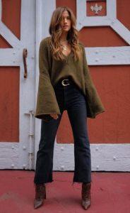 flared jeans χακί πουλόβερ μποτάκι