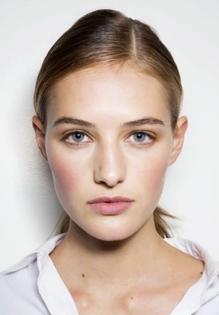 γυναίκα φυσικό μακιγιάζ ροζ μάγουλα