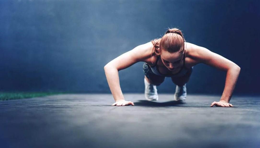 γυναίκα κάνει push ups ασκήσεις καίνε πολλές θερμίδες