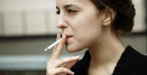 γυναίκα καπνίζει τσιγάρο προλάβεις ρυτίδες μάτια