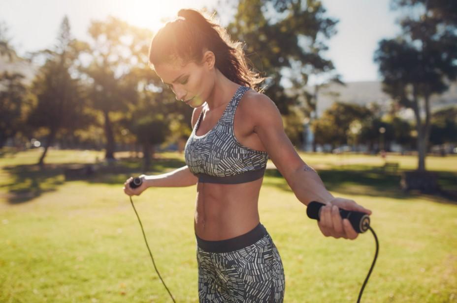 γυναίκα πηδάει σχοινάκι φύση