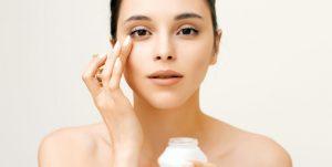 γυναίκα βάζει κρέμα ματιών προλάβεις ρυτίδες μάτια