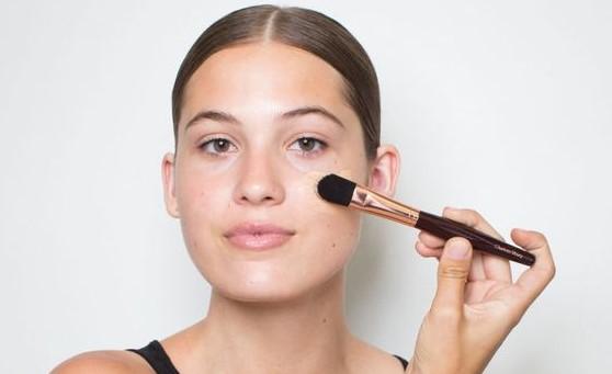 γυναίκα βάζει make up πινέλο