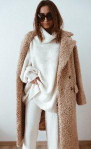 γυναικείο ντύσιμο σε άσπρο και μπεζ χρώμα