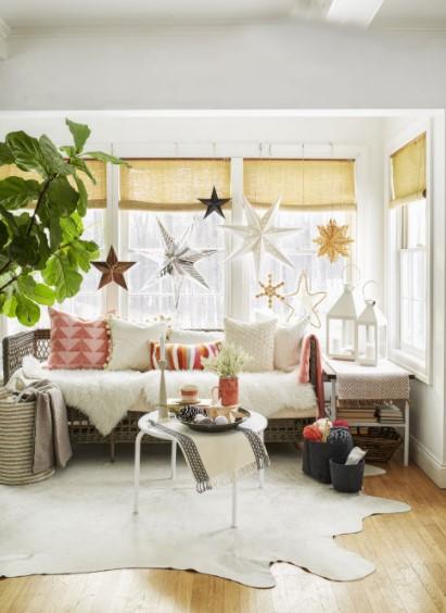 καναπές κρεμασμένα αστέρια παράθυρο χριστουγεννιάτικη διακόσμηση σαλονιού