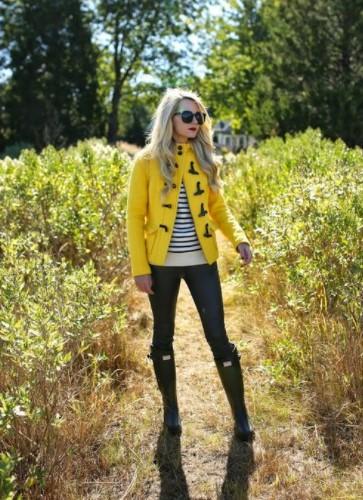 κίτρινο μπουφάν τζιν παντελόνι