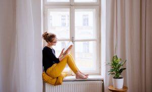κοπελα διαβαζει βιβλιο