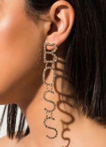 κρεμαστά σκουλαρίκια με γράμματα