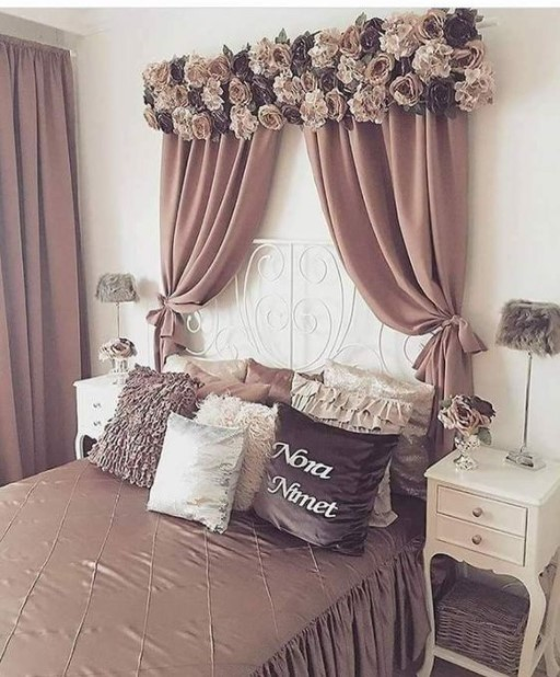 κρεβάτι ροζ κουρτίνα λουλούδια τοίχο