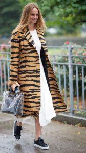 μακρύ μπεζ παλτό