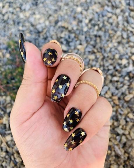 μαύρα νύχια χρυσά αστεράκια