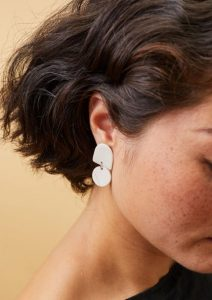 μικρά σκουλαρίκια από πηλό