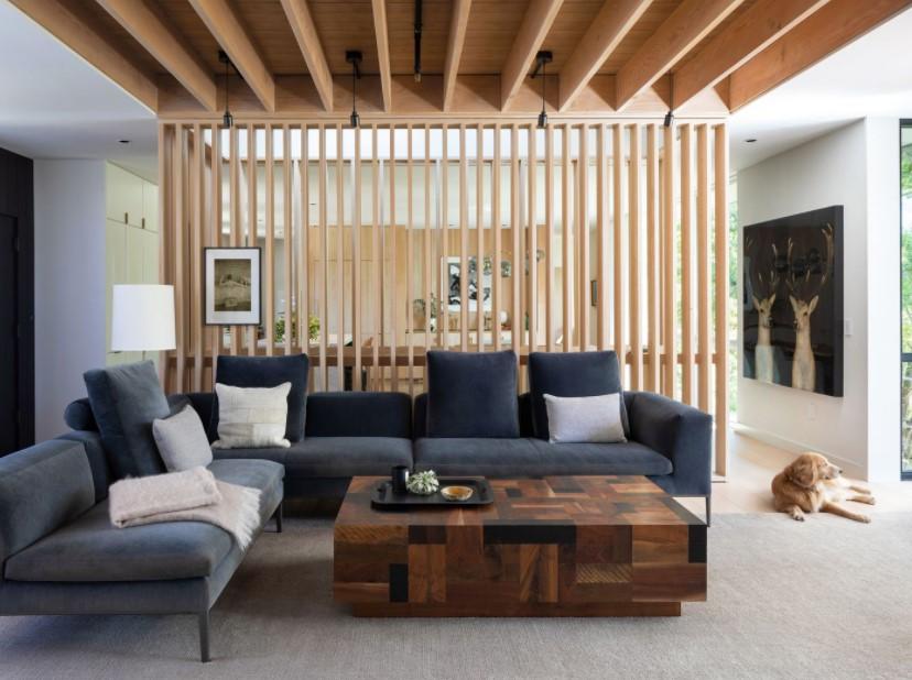 μπλε καναπές ξύλινο διαχωριστικό μεγάλα σαλόνια