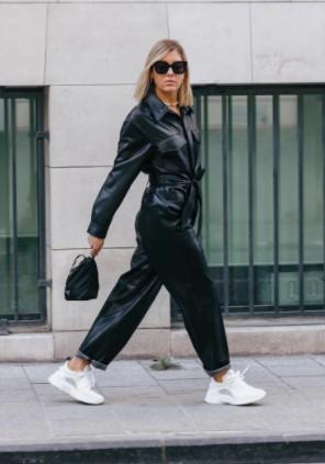 ολόσωμη μαύρη φόρμα άσπρα sneakers total leather look
