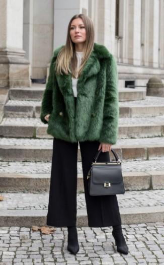 πράσινη γούνα μαύρο παντελόνι μποτάκι