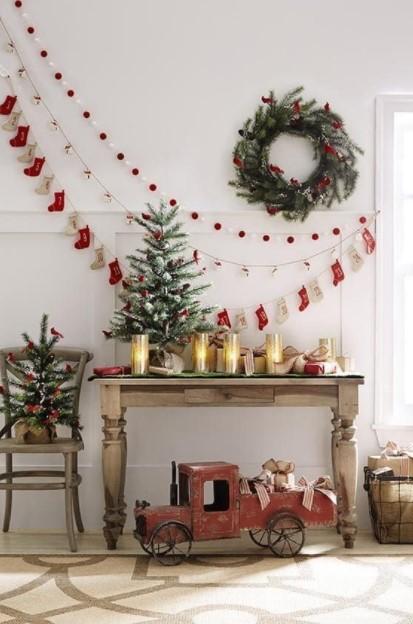 στεφάνι γιρλάντες δεντράκια κεριά μικρό σαλόνι Χριστούγεννα