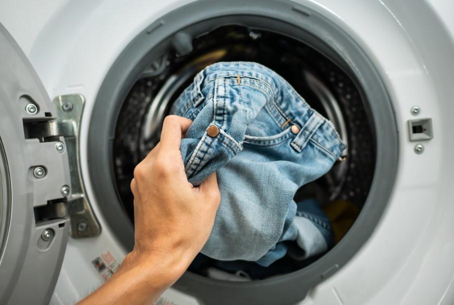 τζιν παντελόνι στο πλυντήριο ρούχων