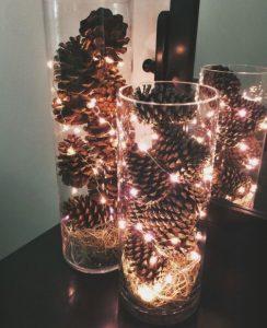 βάζα με κουκουνάρια και φωτάκια